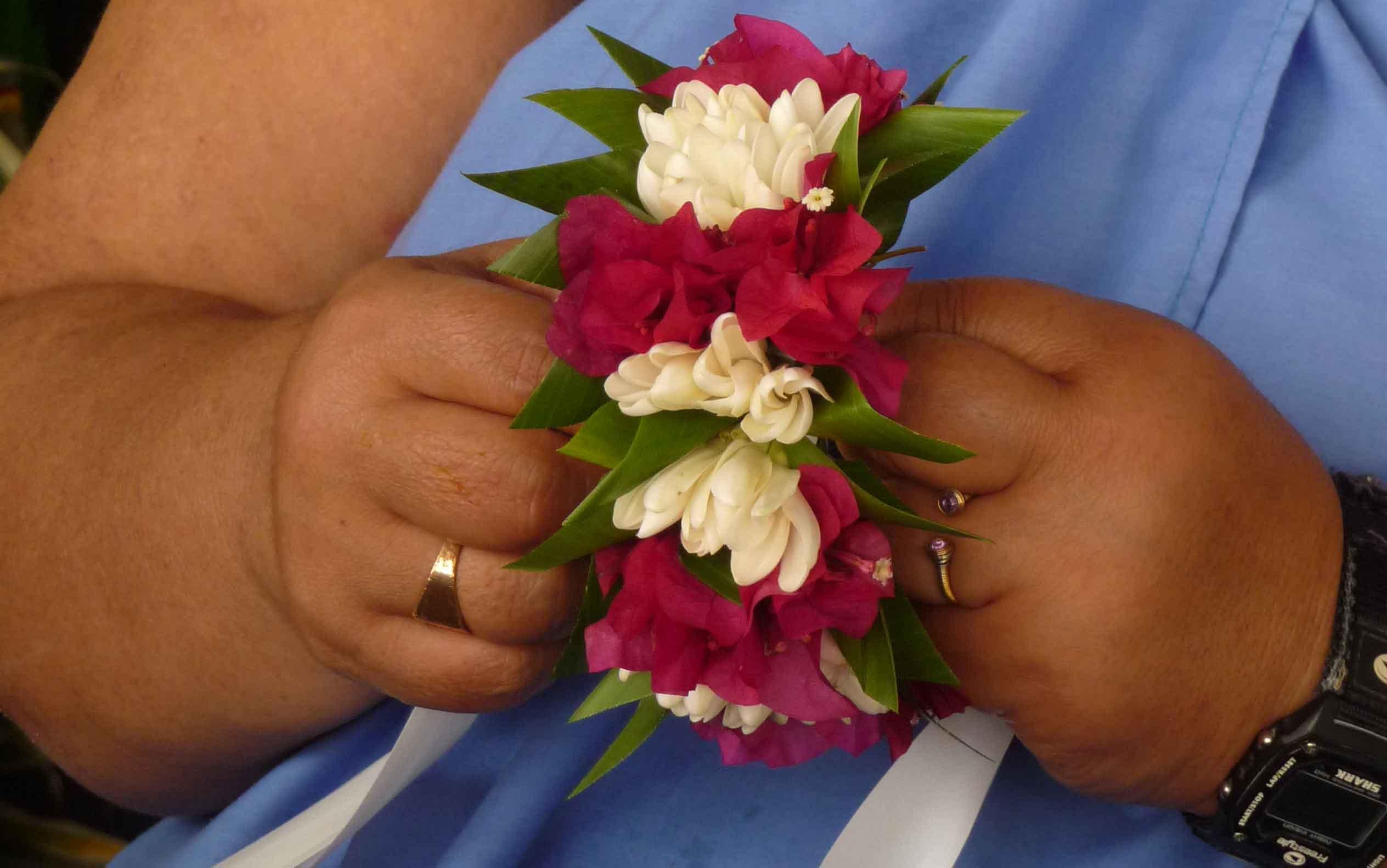 Blumen binden auf Tahiti