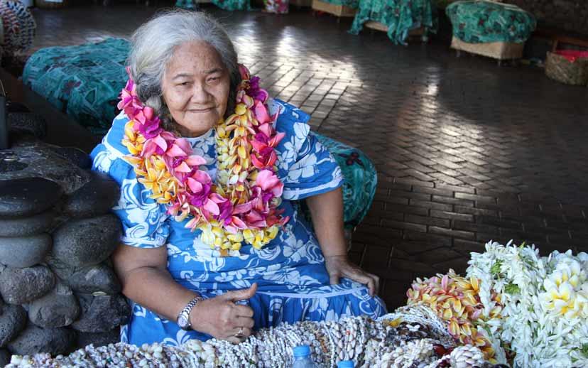 Blumenfrau beim Flughafen auf Tahiti