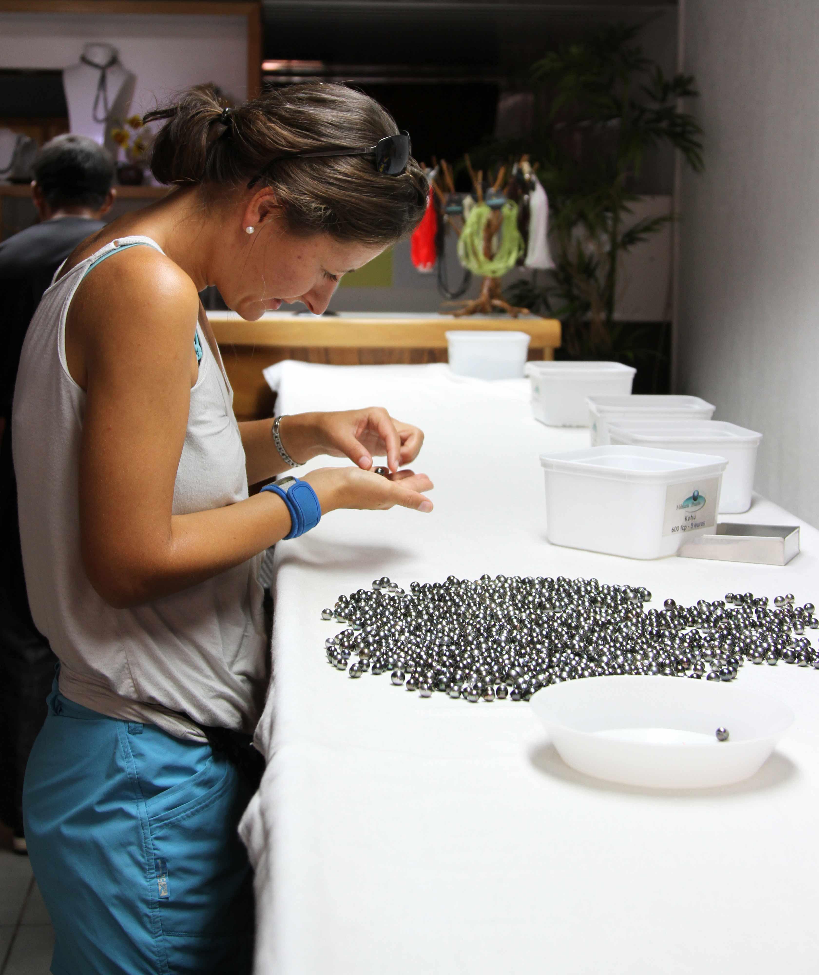 Perlen auswählen auf Tahiti - Französisch Polynesien